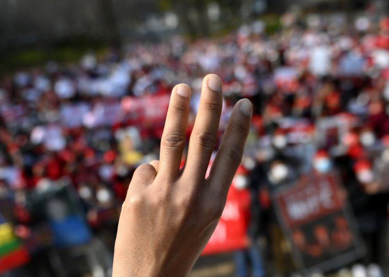 ミャンマーで軍隊による弾圧に抵抗を続ける人々
